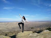 Eine junge Frau, die auf einem Fuß steht und ihr Gleichgewicht hält