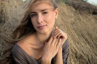 Eine junge Frau mit langen Haaren
