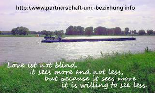 """Ein Schiff auf dem Rhein und der Spruch """"Love is not blind"""". Foto: C. Spranger"""