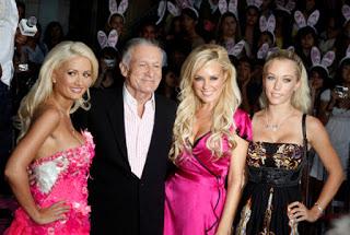 Alter Mann mit jungen Frauen