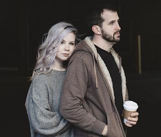 Eine junge Frau und ein junger Mann, die verliebt sind ineinander