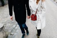 Verliebte Männer führen intensive Gespräche mit der Freundin.