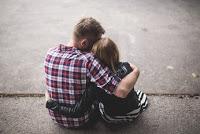 Ein verliebter Mann umarmt seine Freundin zärtlich und fest