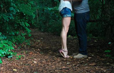 körpersprache mann verliebt umarmung, Mann umarmt eine Frau