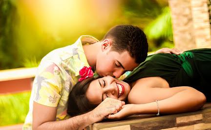 Ein junges Paar, das sich küsst