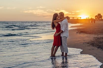 Liebespaar am Strand vor einem Sonnenuntergang
